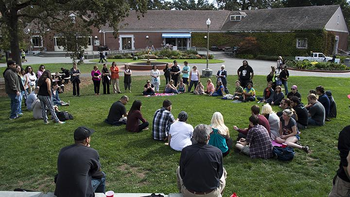 Students+assemble+on+the+quad+to+honor+the+victims+of+Umpqua+Community+College%E2%80%99s+mass+shooting.