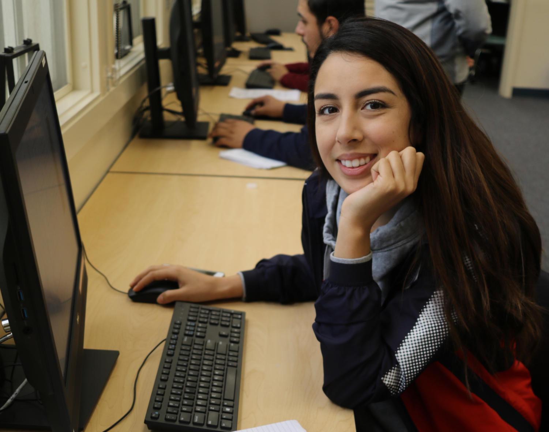 Cristal Lopez, de 21 años, usa el tiempo de laboratorio que proporciona Connections para completar la tarea.