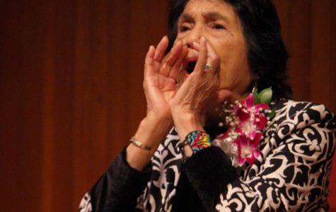 Dolores Huerta calls the audience to chant her famous expression: